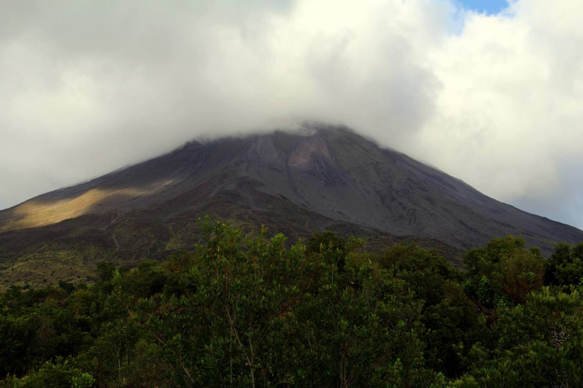 The hidden Arenal volcano